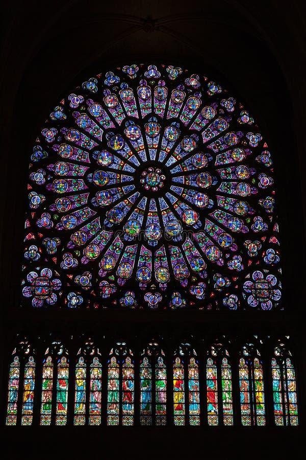 Runt målat glassfönster i Notren Dame de Paris royaltyfria foton