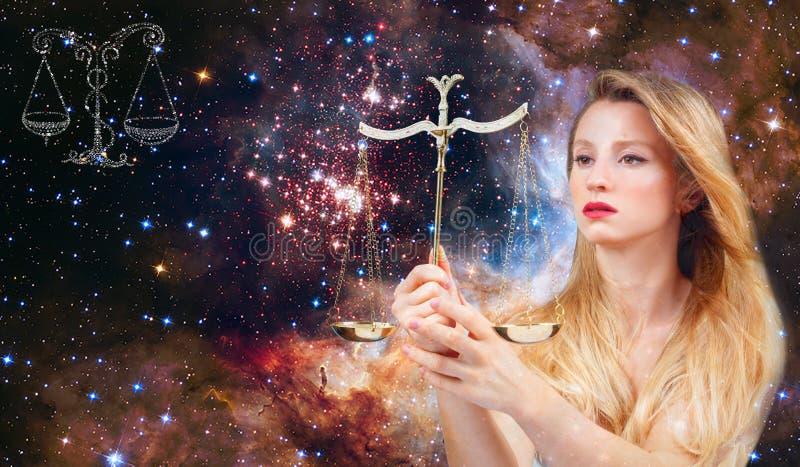 Runt om är cirkeln av horoskoptecken av zodiakkonstellationJungfru och stjärnor Astrologi och horoskop, härlig kvinnaVåg på galax arkivfoto