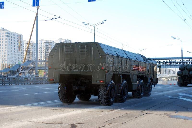 Runt om staden går systemet för den fungerande och taktiska missilen av OTRK 'Iskander M ' royaltyfria bilder