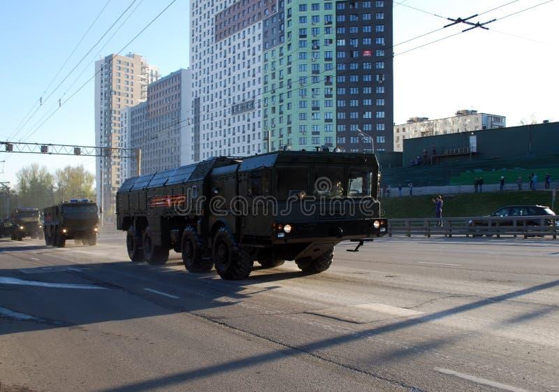 Runt om staden går systemet för den fungerande och taktiska missilen av OTRK 'Iskander M ' royaltyfri foto