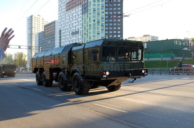 Runt om staden går systemet för den fungerande och taktiska missilen av OTRK 'Iskander M ' royaltyfri fotografi