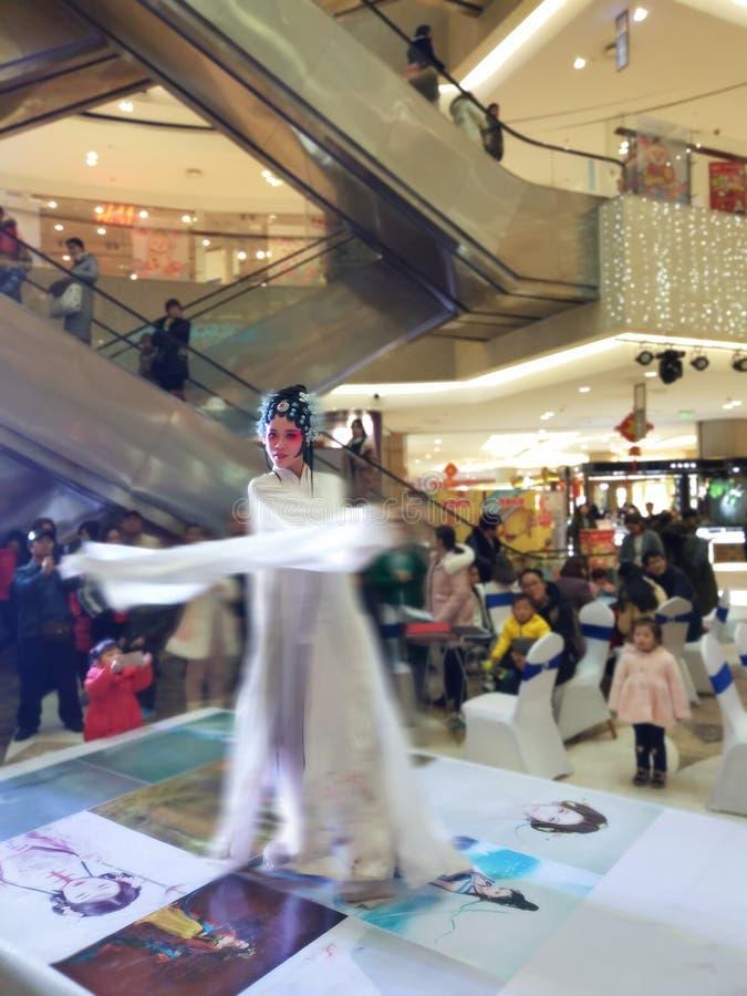 Ruolo femminile nell'opera cinese, ballo di agitazione della manica immagini stock