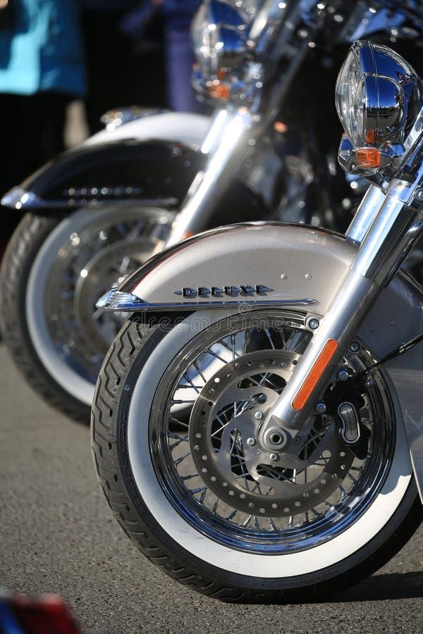 Ruota anteriore e cuscino ammortizzatore della fine di Harley-Davidson Softail Deluxe del motociclo su immagini stock