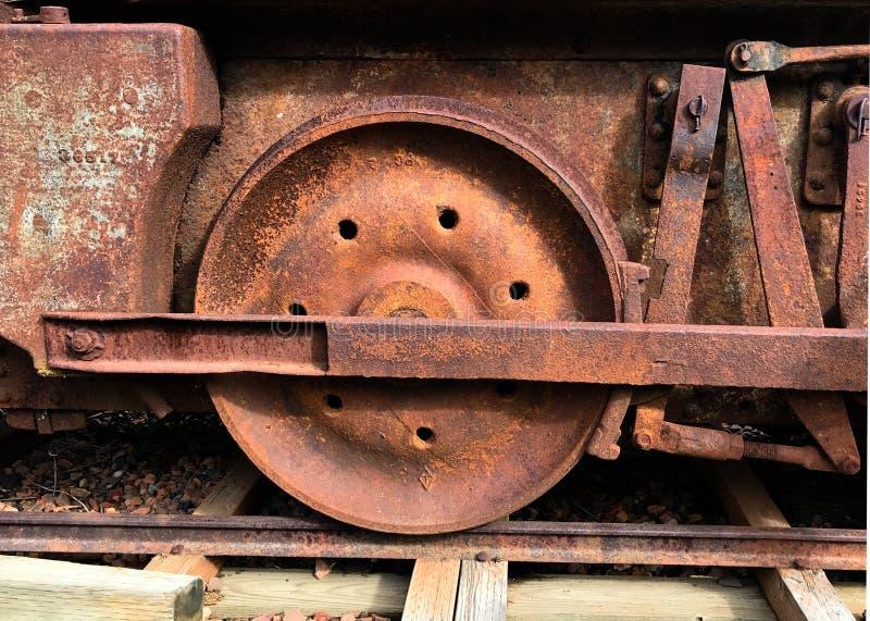 Ruota arrugginita del treno dall'automobile di carbone abbandonata immagine stock libera da diritti