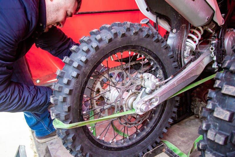 Ruota del motociclo della riparazione del meccanico immagini stock libere da diritti