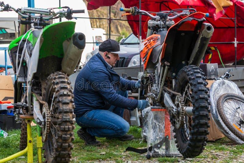 Ruota del motocycle della riparazione del meccanico fotografia stock