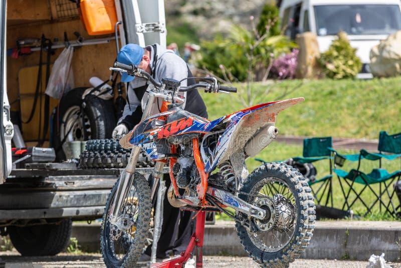 Ruota del motocycle della riparazione del meccanico fotografie stock
