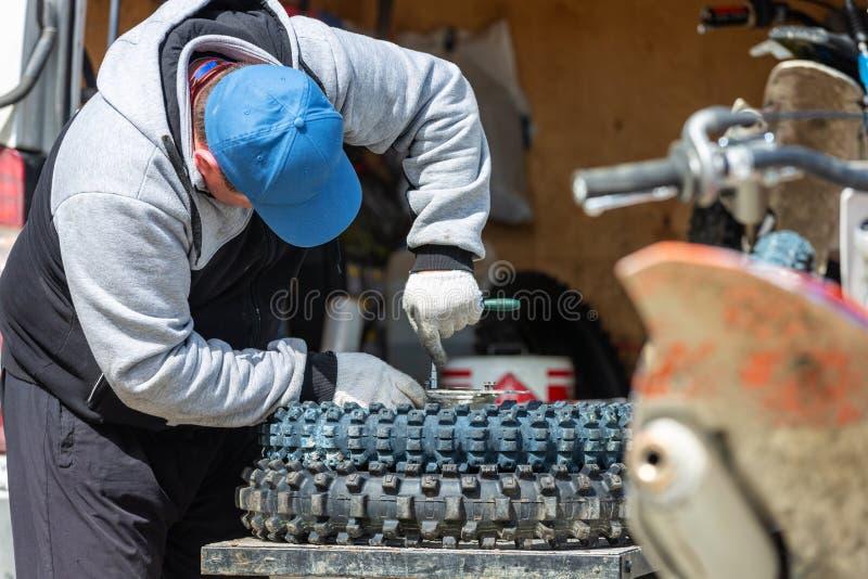 Ruota del motocycle della riparazione del meccanico fotografia stock libera da diritti