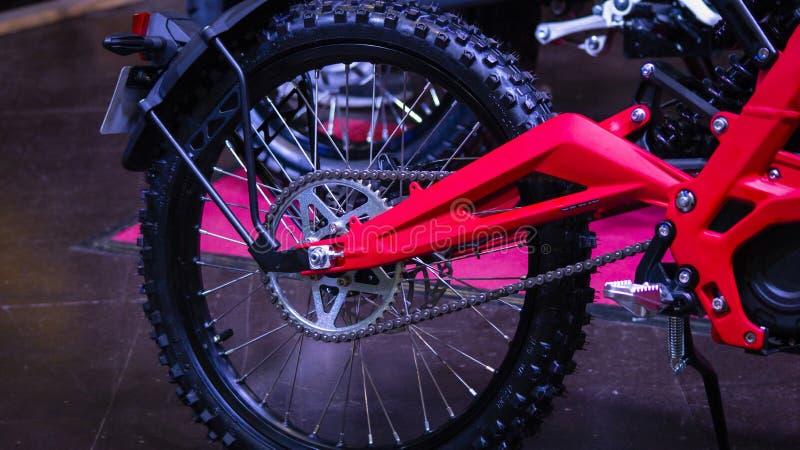 Ruota della bici della sporcizia Motociclo campestre rosso immagine stock libera da diritti