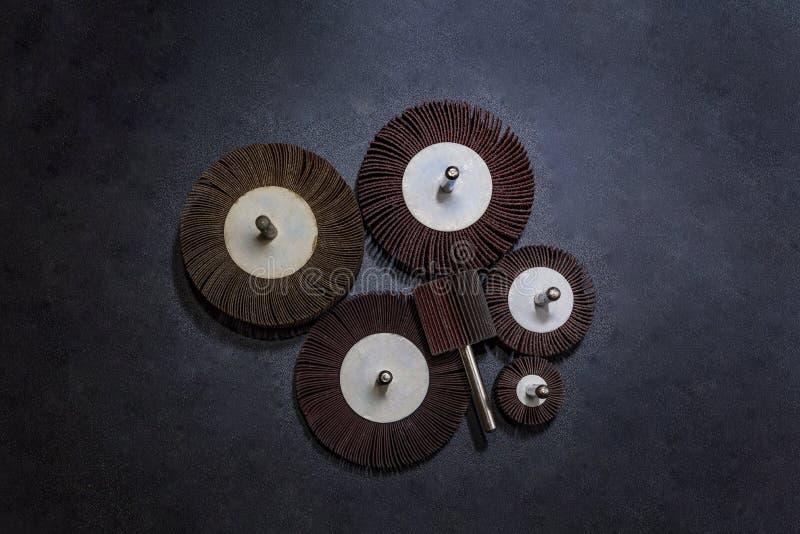 Ruota della falda Un mucchio dell'industriale abrasivo della ruota della falda di colore su struttura di legno del fondo strument fotografie stock libere da diritti