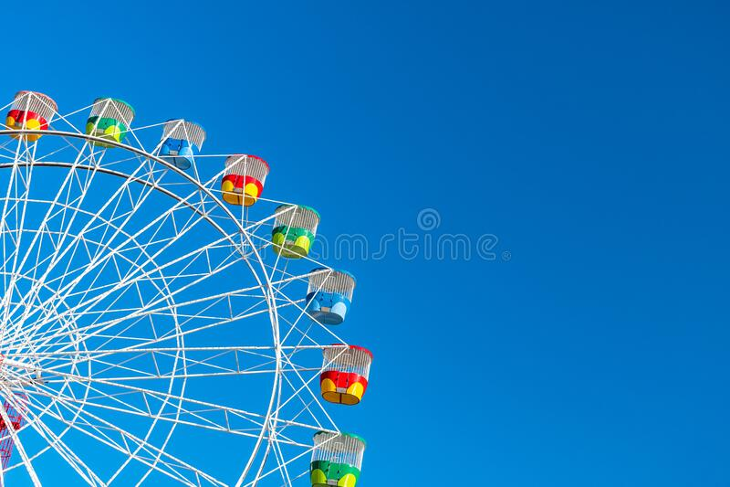 Ruota della ruota panoramica sullo sfondo blu chiaro immagini stock