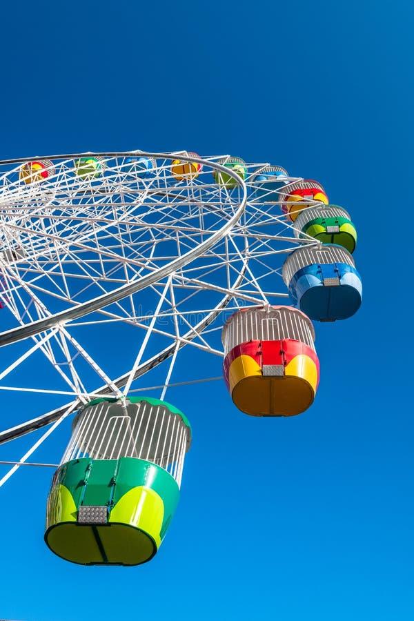 Ruota della ruota panoramica sullo sfondo blu chiaro fotografia stock libera da diritti