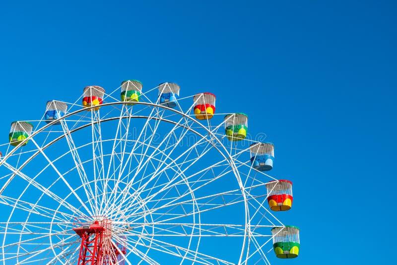 Ruota della ruota panoramica sullo sfondo blu chiaro fotografia stock