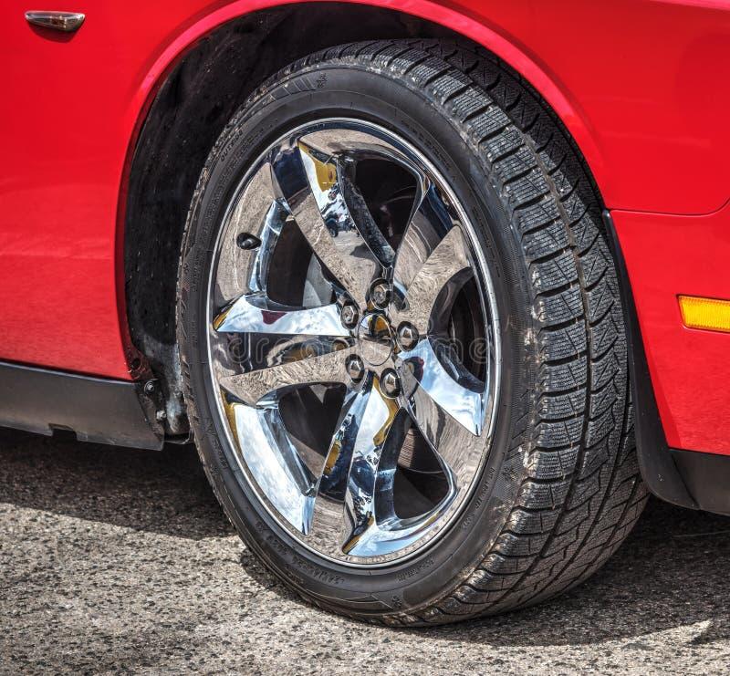 Ruota di Chrome di un'automobile rossa del muscolo immagine stock