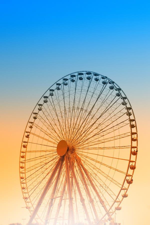 Ruota di Ferris al tramonto. fotografia stock