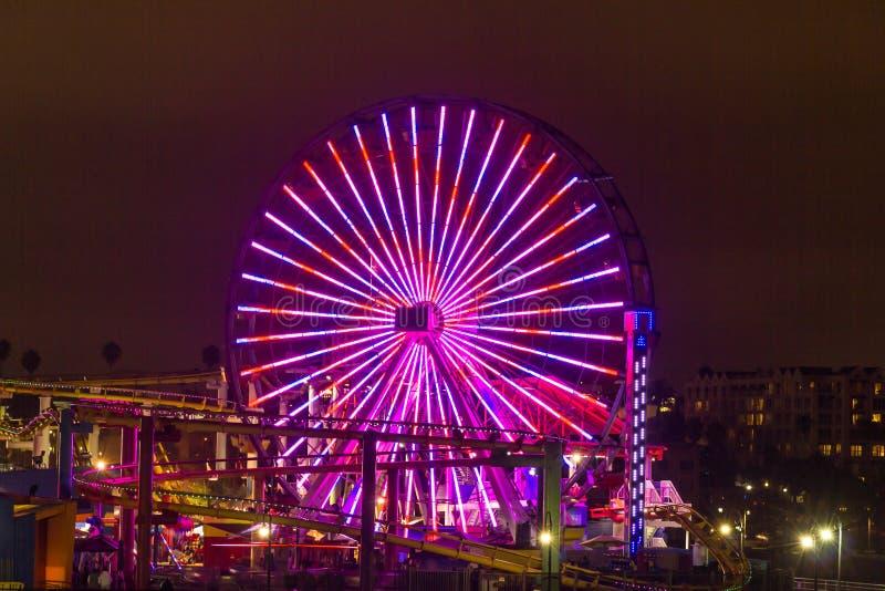 Ruota di ferris illuminata a Santa Monica Pier, Los Angeles immagine stock