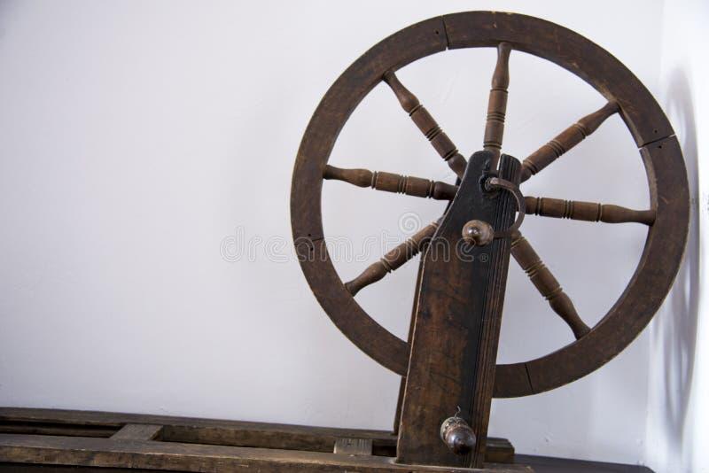 Ruota di filatura manuale antiquata della lana fotografia stock