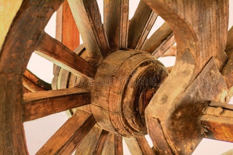 Download Ruota di legno immagine stock. Immagine di rotella, controllo - 56890867