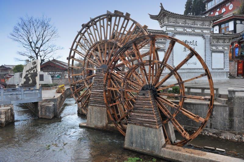 Ruota idraulica davanti alla vecchia città in Cina immagine stock