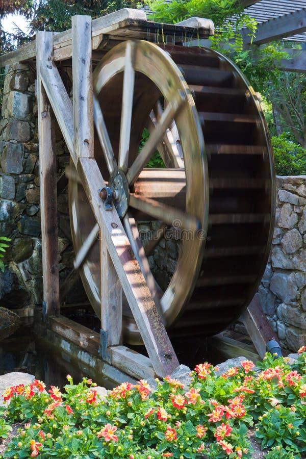 Ruota idraulica di legno di rotazione immagini stock