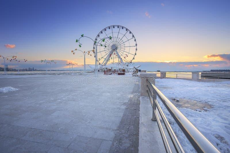 Ruota panoramica a Baku Seaside Park a Bacu immagine stock