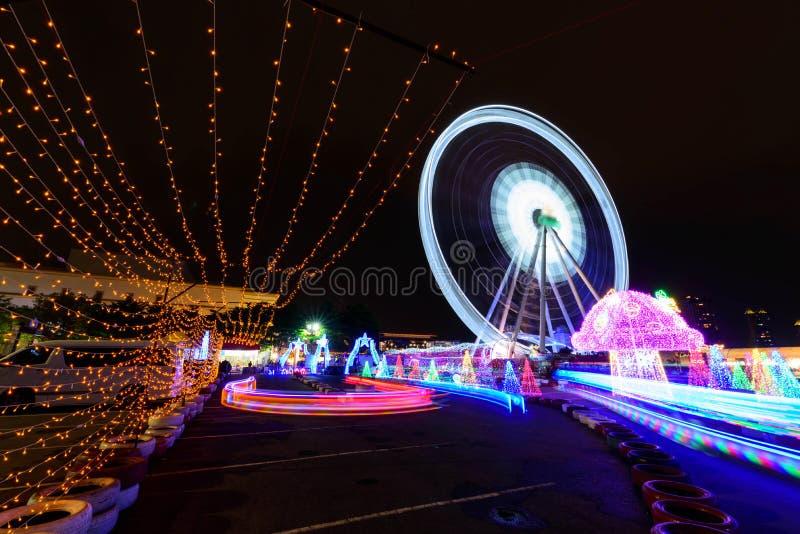Ruota panoramica con illuminazione al parco di carnevale nella notte immagine stock libera da diritti