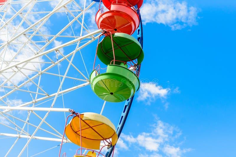 Ruota panoramica contro il cielo blu, primo piano fotografia stock libera da diritti
