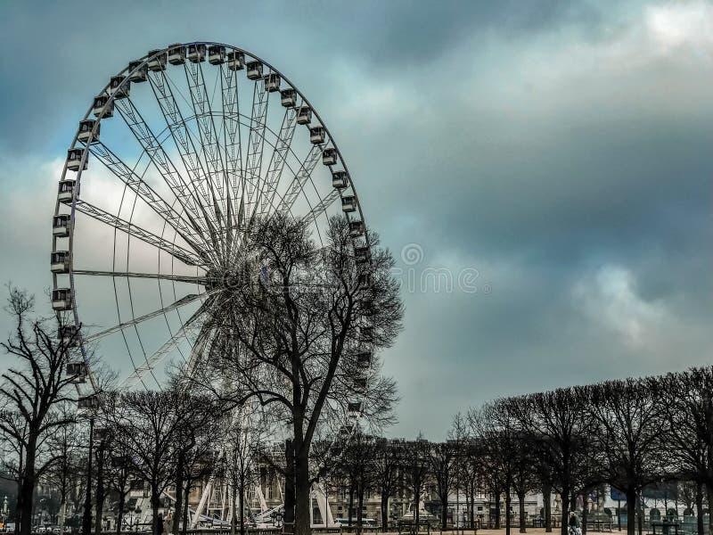 Ruota panoramica di Parigi al West End del Tuileries, sotto i cieli nuvolosi, Parigi, Francia immagine stock
