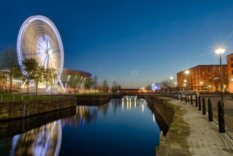 Ruota panoramica e Echo Arena a Liverpool fotografia stock libera da diritti