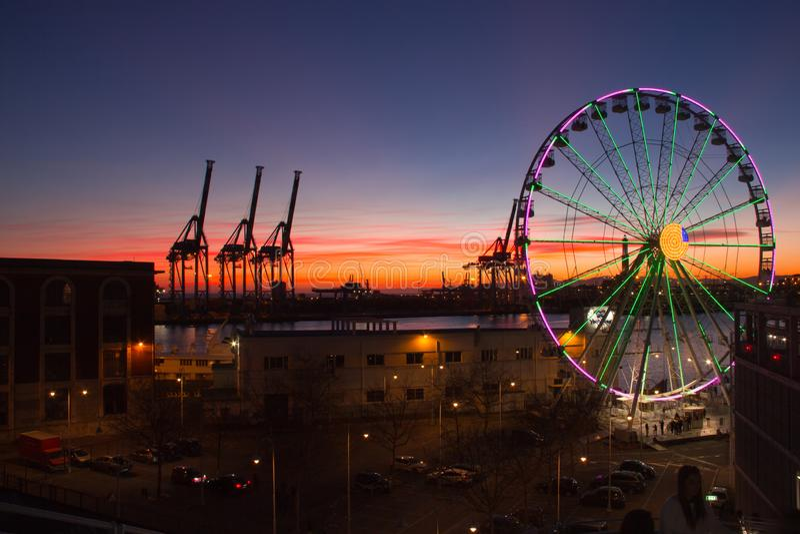 Ruota panoramica a Genova al tramonto fotografia stock