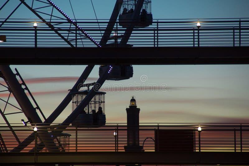 Ruota panoramica a Genova al tramonto fotografia stock libera da diritti