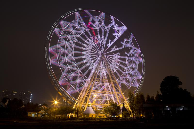 Ruota panoramica nella notte del parco dei bambini di Fengling immagini stock