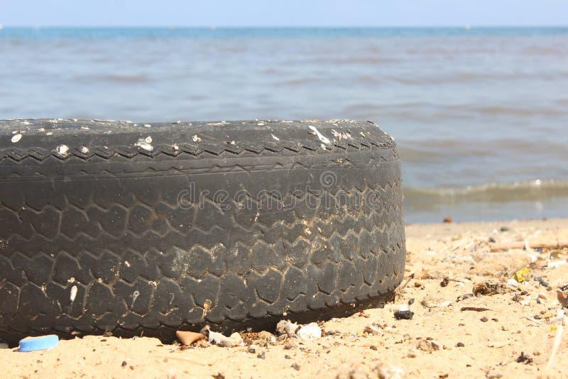 Ruota su un mare inquinante fotografia stock