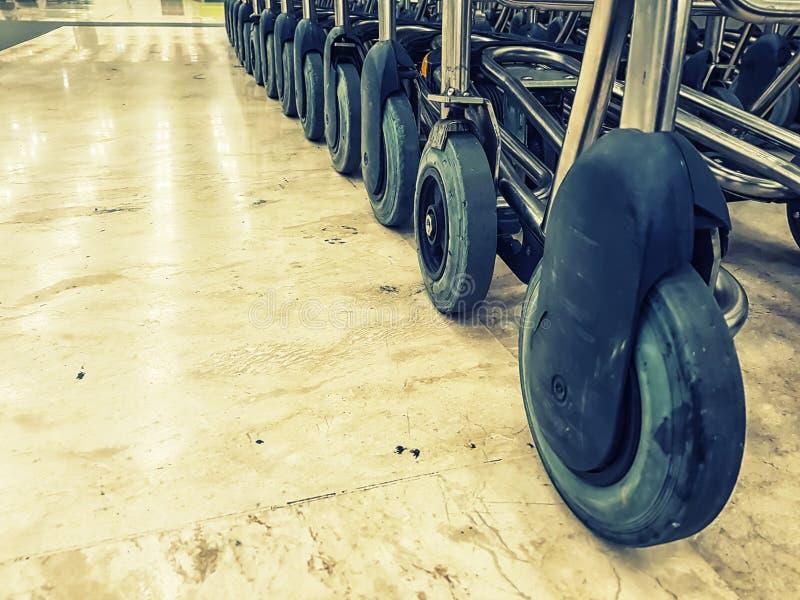 Ruote dei carrelli per trasporto di bagagli fotografia stock libera da diritti
