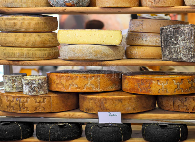 Ruote del formaggio stagionato sul supporto. fotografia stock