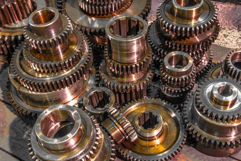 Ruote del metallo dell'ingranaggio del primo piano, macchina industriale finita di parecchie parti dell'ingranaggio immagine stock