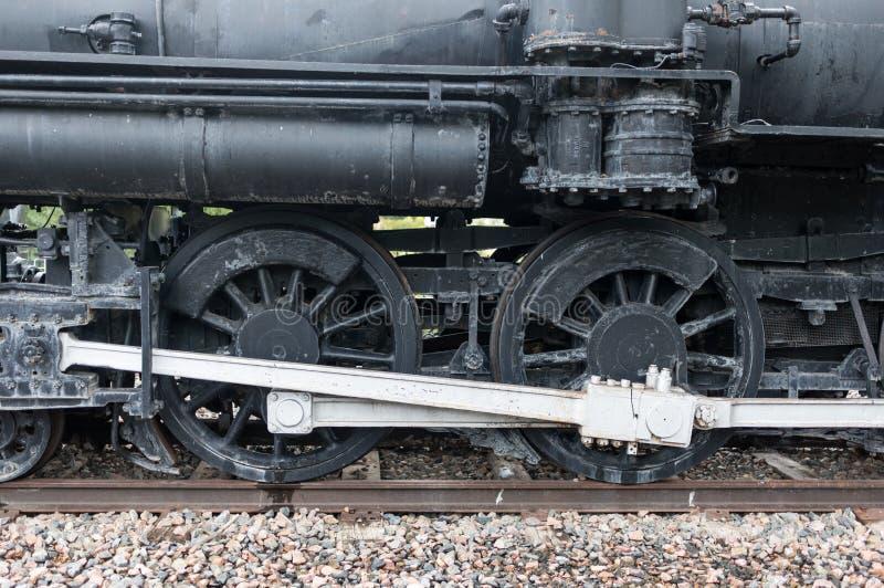 Ruote del treno del motore a vapore sulle piste vicino su fotografie stock libere da diritti
