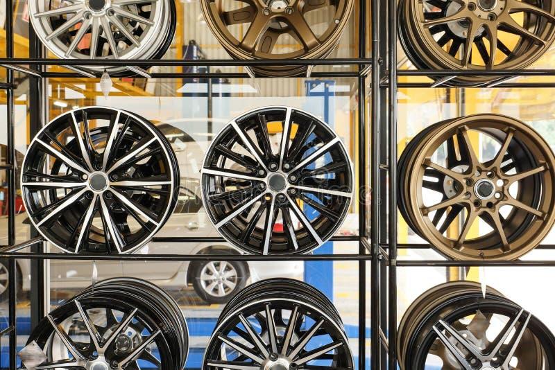 Ruote della lega dell'automobile immagine stock libera da diritti