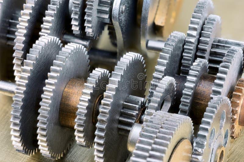 Ruote dentate meccaniche d'acciaio dell'ingranaggio su fondo industriale immagine stock
