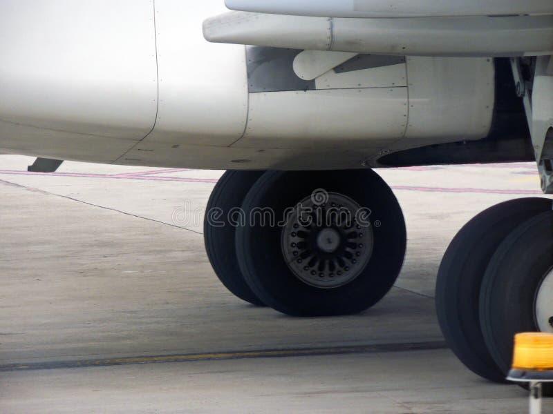 Ruote di un aereo fotografia stock