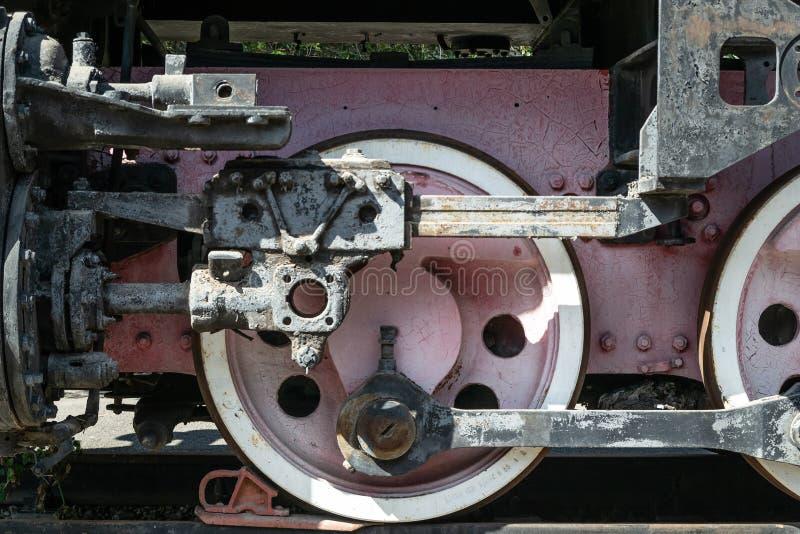 Ruote di vecchia locomotiva di colore rosso e degli elementi dell'azionamento fotografia stock