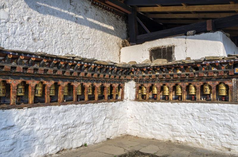 Ruote pregare di buddism del Bhutanese al tempio di Kyichu Lhakhang, Paro, Bhutan immagini stock