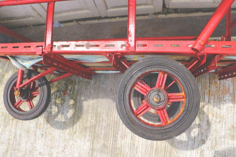 Ruote rosse d'annata del triciclo sulla terra fotografia stock libera da diritti