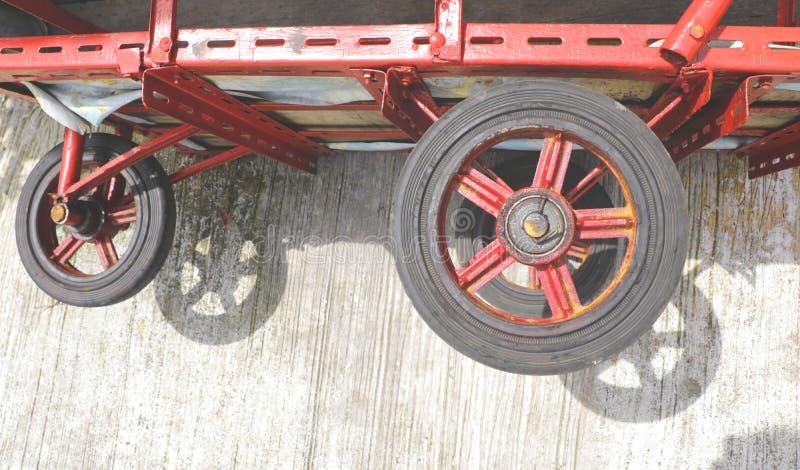 Ruote rosse d'annata del triciclo sulla terra immagini stock