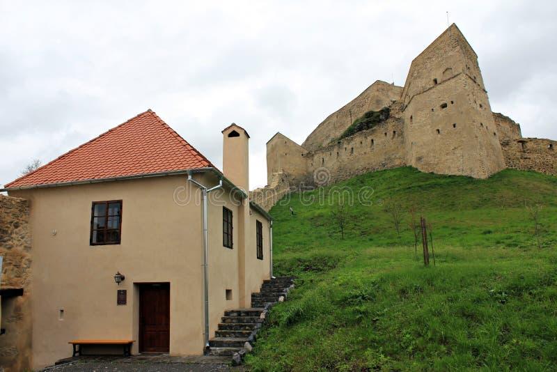 Rupea fästning (det renoverade huset och fördärvar i bakgrunden), arkivfoton