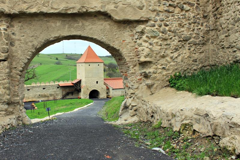 Rupea fästning (porten och tornet) arkivfoto