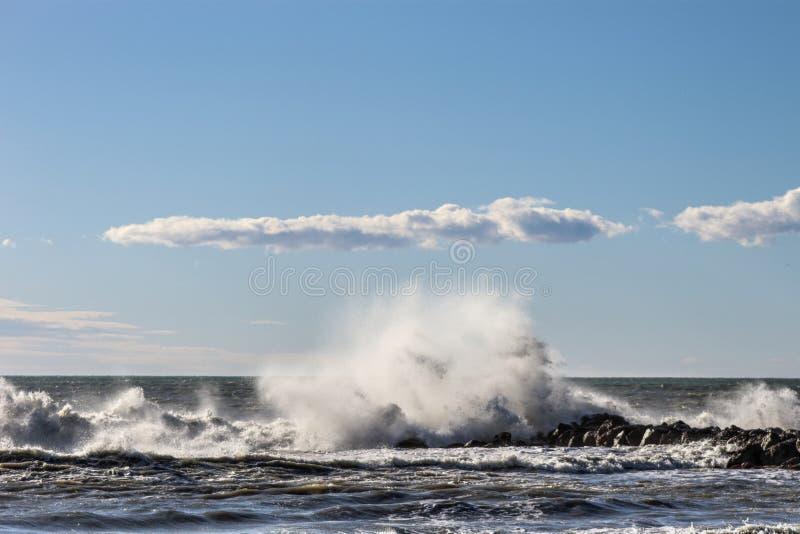 A ruptura da onda no quebra-mar imagens de stock royalty free