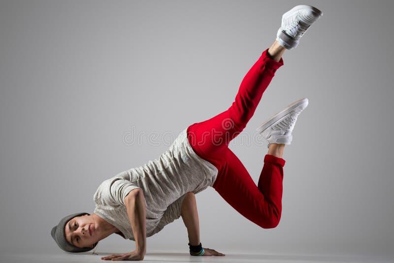 Ruptura-dançarino novo que faz o pino fotografia de stock royalty free
