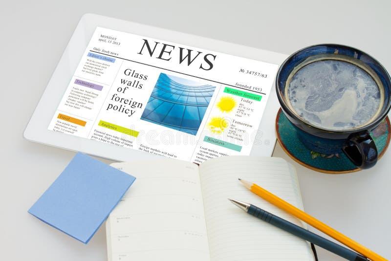 Ruptura de café com notícia imagens de stock royalty free