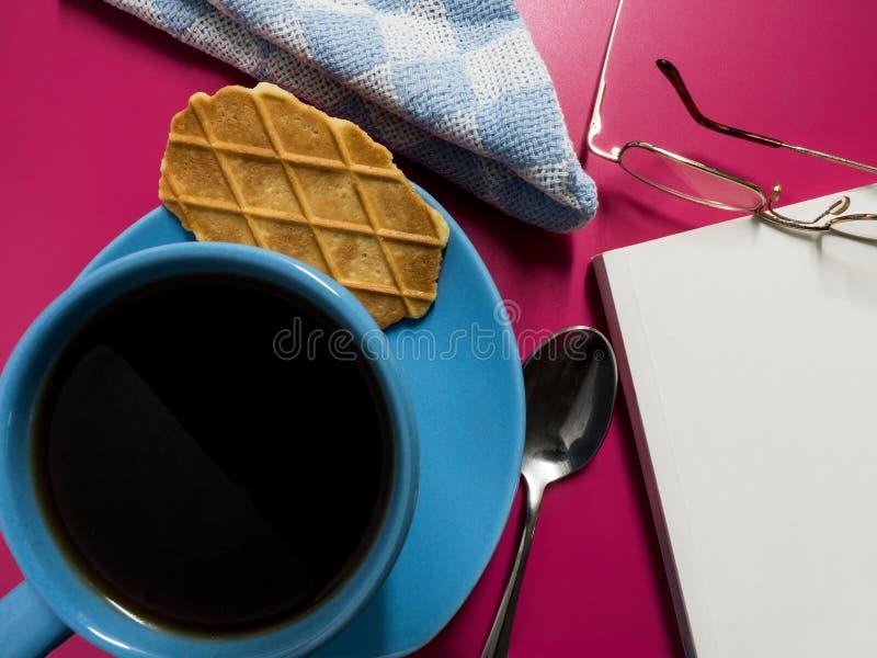 Ruptura de café com um livro fotos de stock